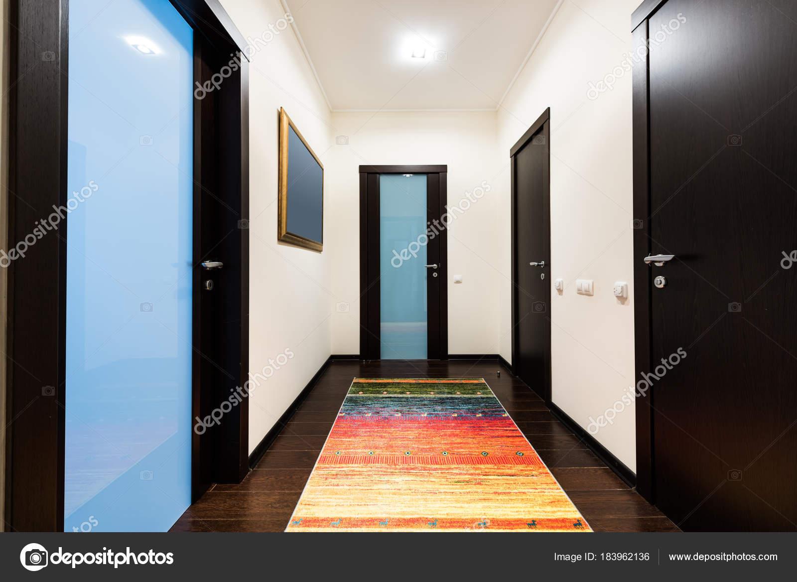 Weergave van corridor met houten deuren appartement u2014 stockfoto © y