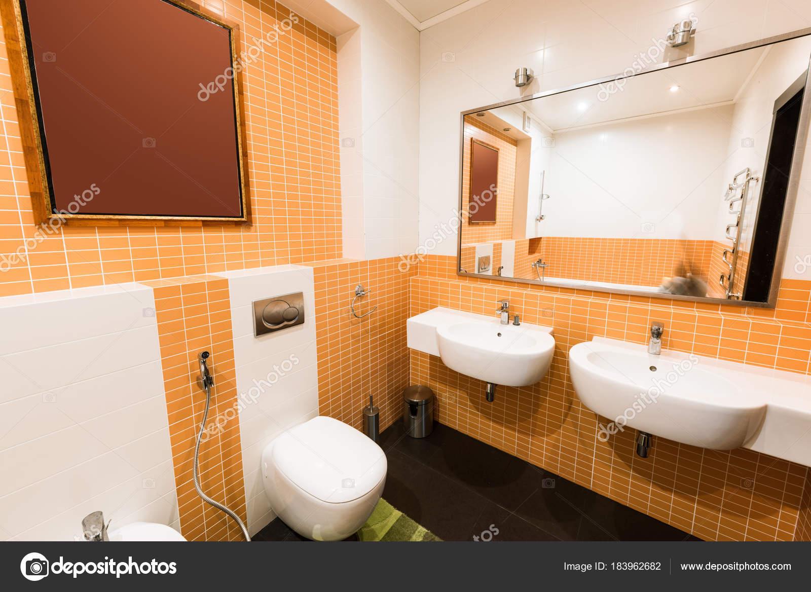 Close Van Moderne Badkamer Oranje Witte Kleuren — Stockfoto © Y ...