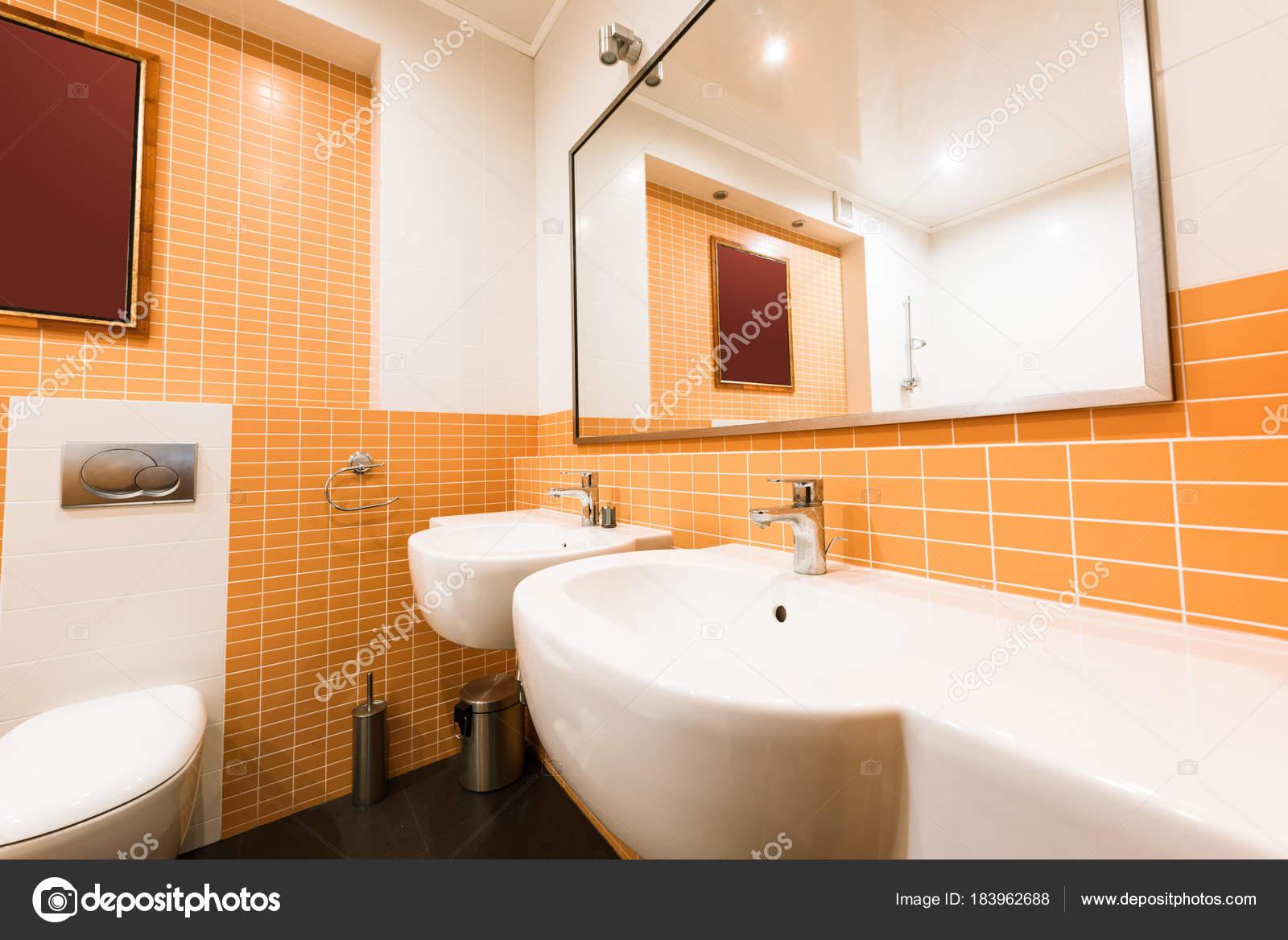 Cerrar Vista Cuarto Baño Moderno Colores Naranja Blanco — Fotos de ...
