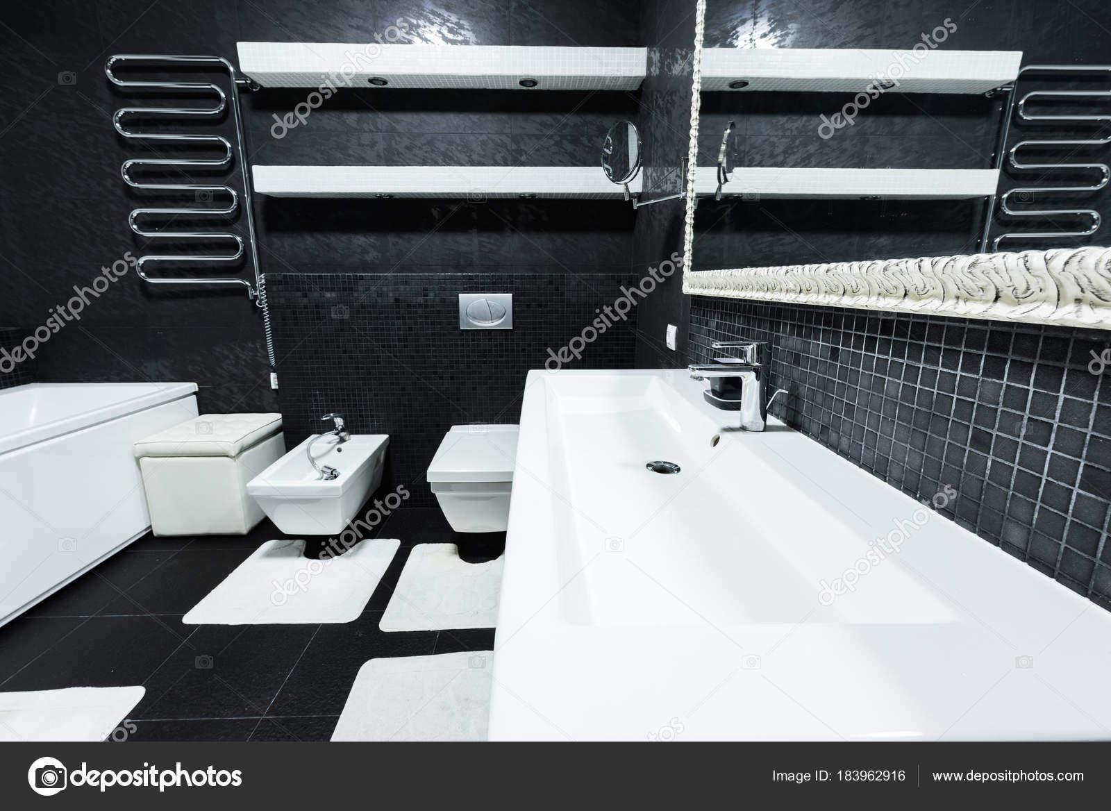 Bagni Moderni Bianchi E Neri.Vista Del Bagno Moderno Nei Colori Bianchi Neri Foto Stock C Y