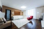 pohled na prázdné moderní obývací pokoj