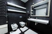 pohled na moderní koupelnu v bílé a černé barvě