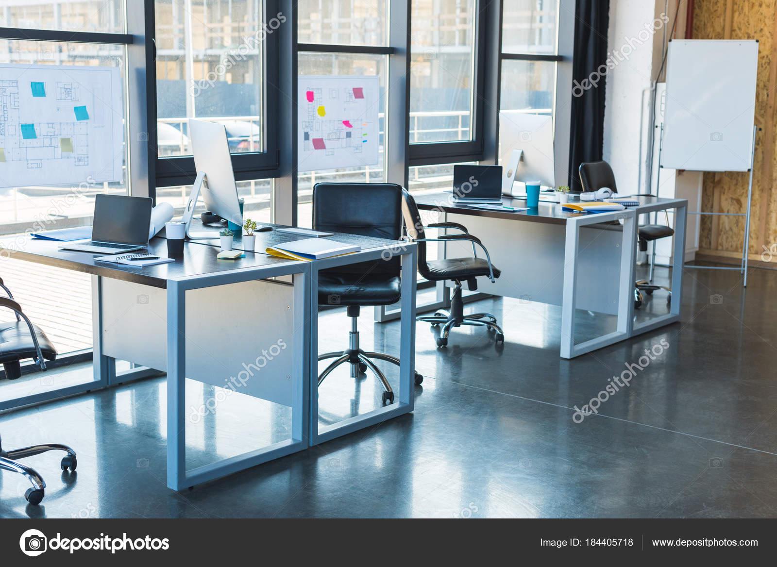 Ufficio Y : Tavoli lavoro con computer portatili ufficio u foto stock y