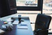 stůl s počítačem a šálek kávy v obchodní kanceláři