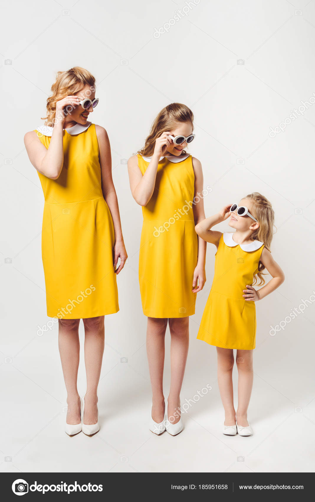 Stylish Mother Daughters Similar Retro Style Yellow Dresses Looking Each —  Stock Photo cc7393af2