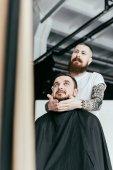 Fotografie kadeřnictví styl zákazníka, vousy a při pohledu na zrcadlo v holičství