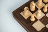 Photo Cropped image of chess board with white chees pieces on white surface