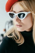 Photo Stylish pretty woman in red beret and sunglasses