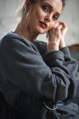 Detailní pohled krásná nabídka ženy při pohledu na fotoaparát přitom sedět uvnitř