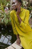 elegantní atraktivní africká americká dívka s třpytky make-up pózuje u bazénu
