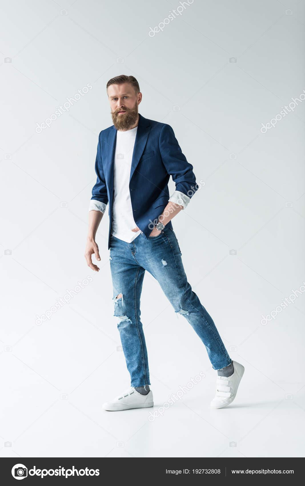 b2abc6561515c Hombre Con Barba Con Estilo Pantalones Vaqueros Chaqueta Aislado Sobre —  Foto de Stock