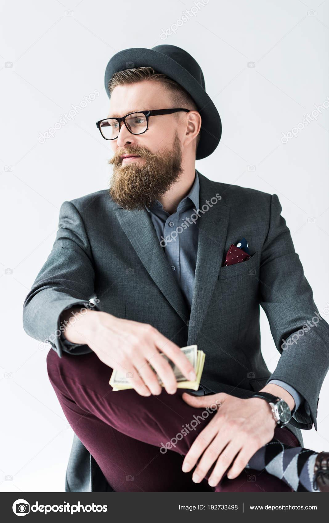 Apuesto hombre de negocios en ropa de estilo vintage con dólares aislados  sobre fondo claro– imagen de stock 702dbcbfd37
