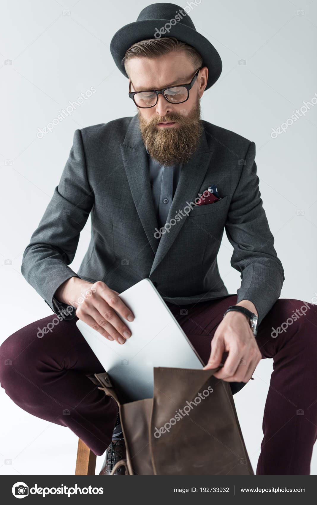 Apuesto hombre de negocios en ropa de estilo vintage con portátil y mochila aislado  sobre fondo claro — Foto de Y-Boychenko bb3319fe318