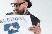 Fényképek Stílusos szakállas üzletember olvasó teendő újság elszigetelt világos háttér