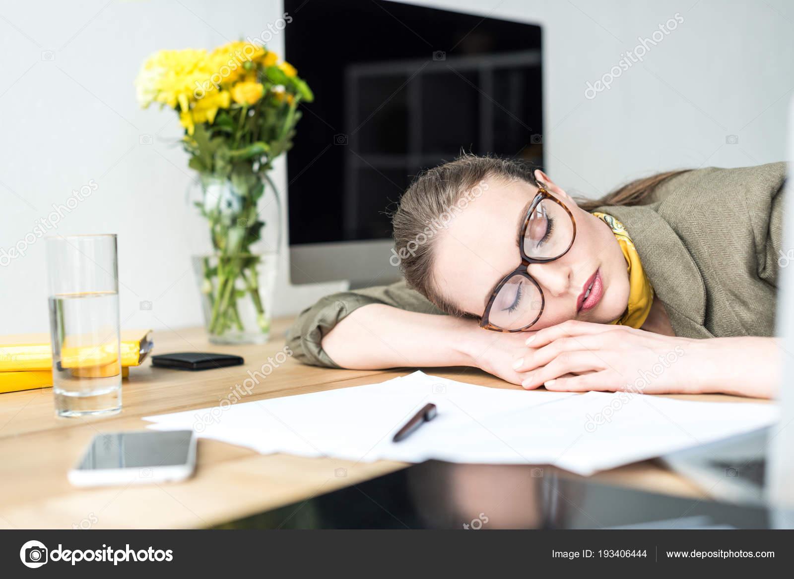 Belle femme affaires lunettes dormir table dans bureau