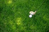 zblízka pohled golfovou hůl a míček na zelené trávě