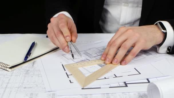 Geschäftsmann schaut sich die Originaldaten für die Zeichnung an. Nahaufnahme