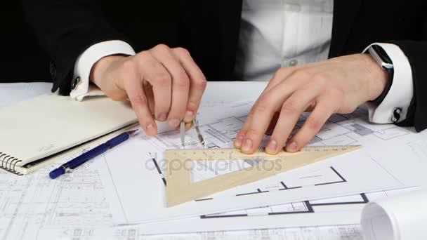 Üzletember egy iránytű és a vonalzó teszi méréseket a rajz. Közelről