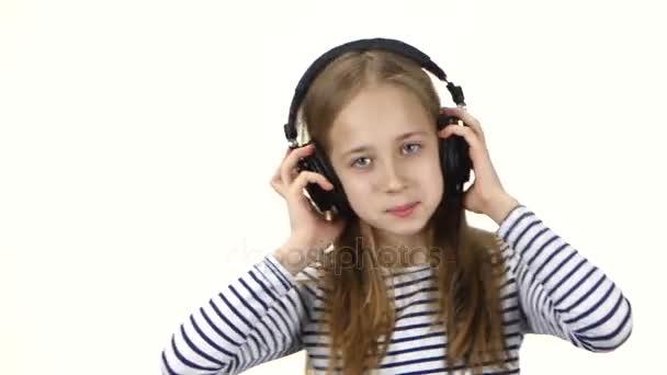 Tinédzser lány hallgat zenét a fejhallgató és a táncok, közel ups