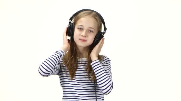 Tinédzser lány hallgat zenét a fejhallgatót, megrázza a fejét, hogy üt