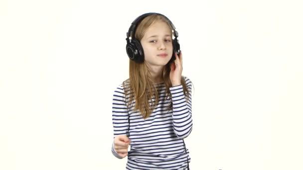 Dítě poslouchá hudbu ve sluchátkách a přichytí prsty do rytmu