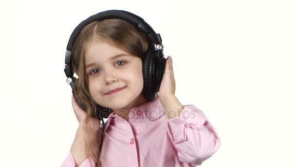 Malá holčička poslouchá hudbu na sluchátka a tance, zavřít ups
