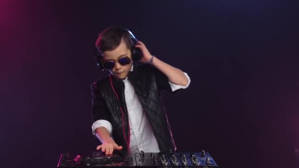 Coole Junge Dj Mit Brille Auf Plattenspieler Spielen Slow Motion