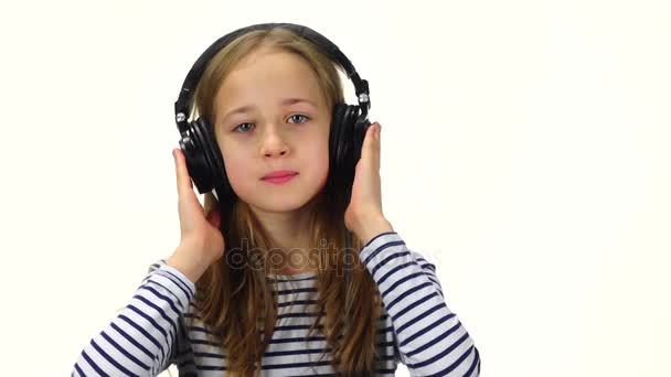 Teenager-Mädchen hört Musik über Kopfhörer, schüttelt den Kopf. Zeitlupe