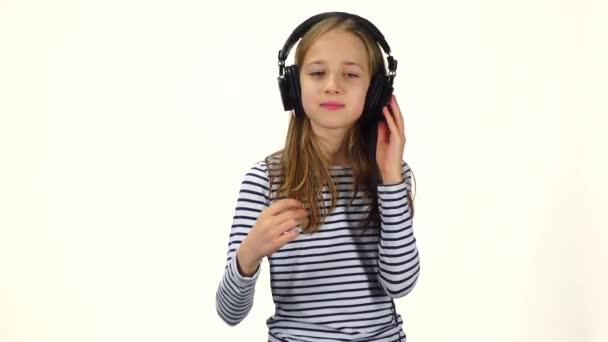 Dítě poslouchá hudbu a přichytí prsty do rytmu, pomalý pohyb