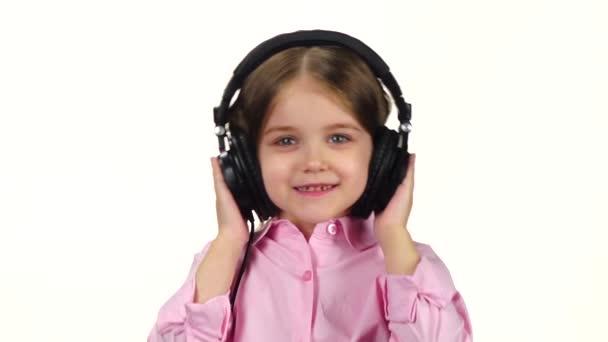 Baby hört Musik über Kopfhörer und schüttelt den Kopf, Zeitlupe