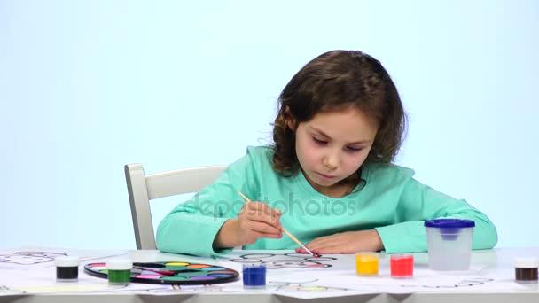 Děti namalovat obrázek s tužky a obdivuji jejich práci. Zblízka. Bílé pozadí. Časová prodleva