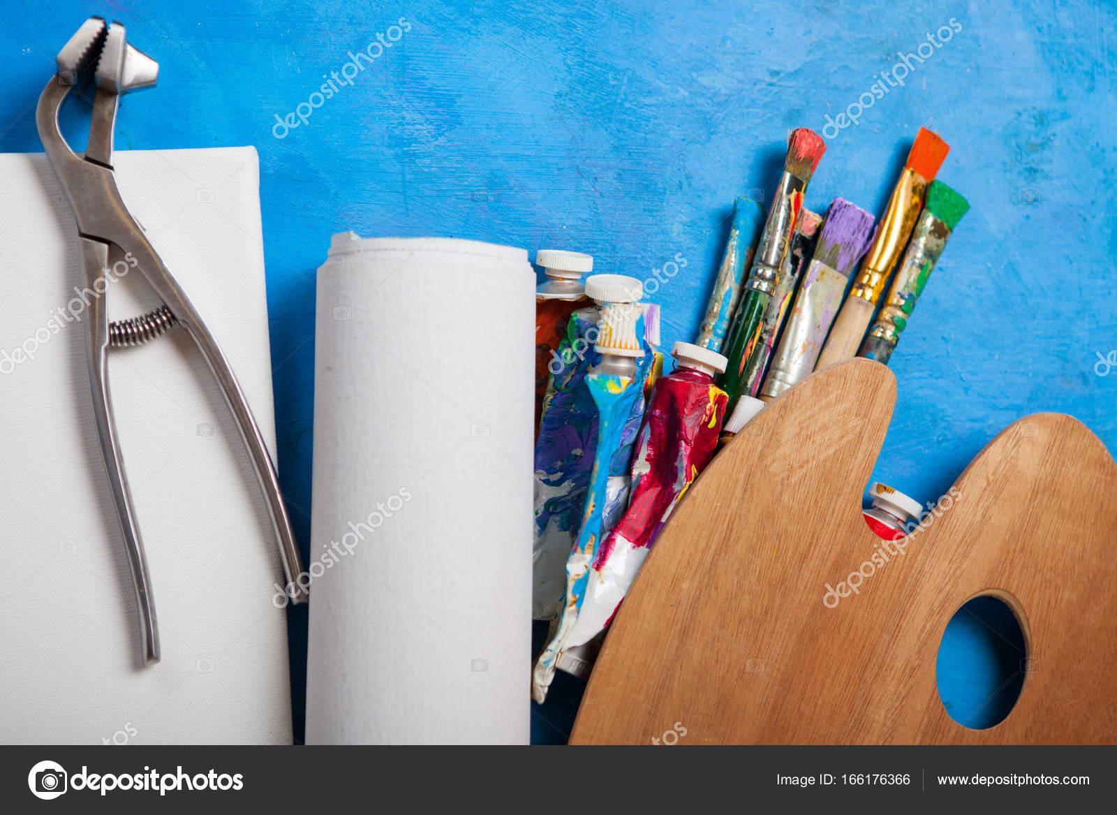 Artista de lona en rollo, Camilla de lona y pinceles — Foto de stock ...