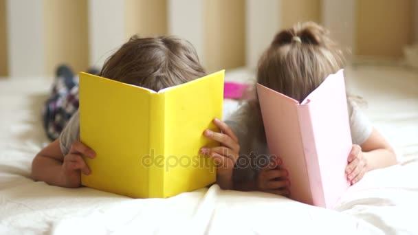 Bratr a sestra připravit domácí úkol.