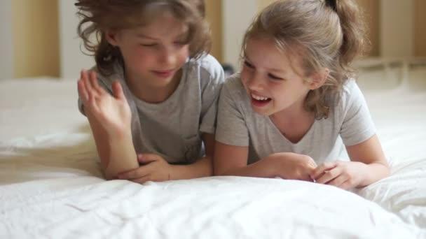 Bratr a sestra spolu v posteli.