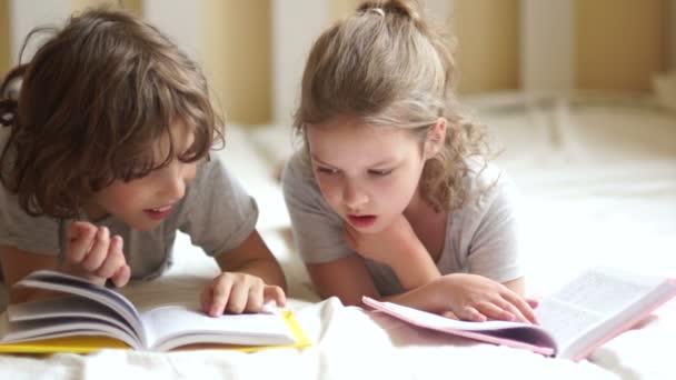 Bratr a sestra odnést ponaučení, ležící v posteli.