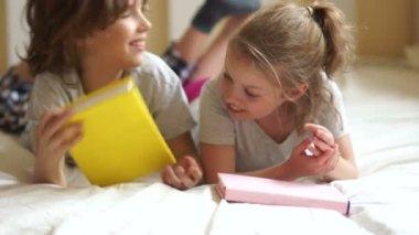 Una giovane ragazza solletica il fratello e ridono - Fratello e sorella a letto insieme ...