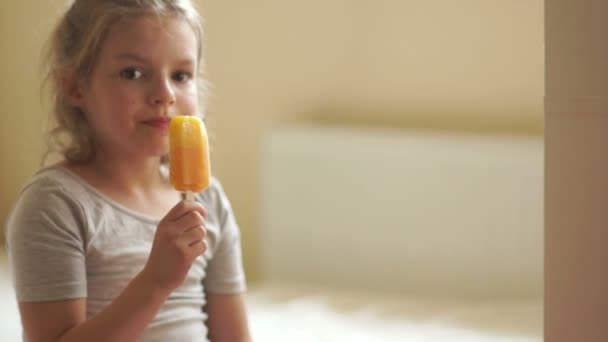 Roztomilá kudrnatá dívka jíst zmrzlinu
