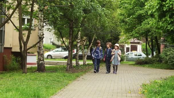 Dva bratři a sestry vrátí ze školy. Děti nesou jejich batohy a bavit se s ostatními. Dětská přátelství