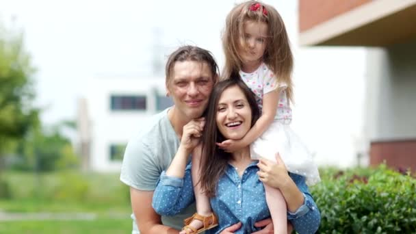 Portrét mladé rodiny. Maminka, Tatínek a malá dcerka. Veselý smích