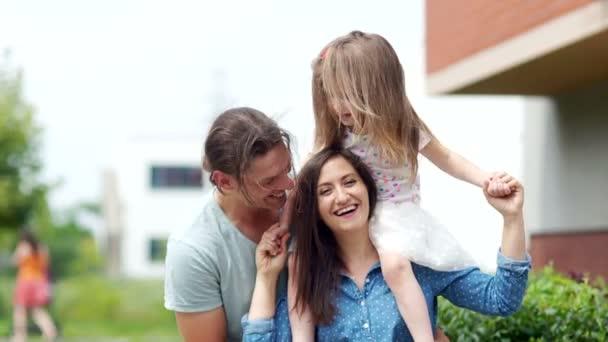 Maminka, Tatínek a dcera mají zábavný víkend. Otec lechtá jeho dcera a manželka. Společně všichni vesele smát. Šťastná rodina. Letní dovolená