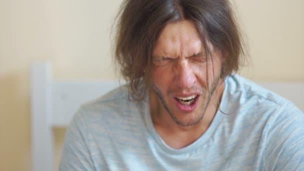 Ospalý muž je zívání a smilling