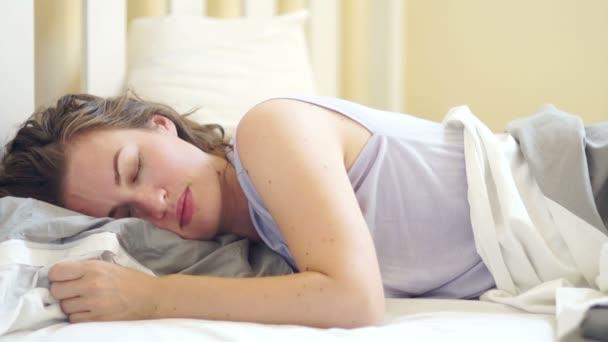 Milující manžel, probouzí se spící ženu tím, líbali, příjemné dobré ráno pro šťastný pár v posteli