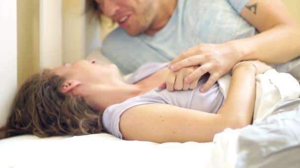 Видео-нежно в постели, огромные обвисшие сиськи с волосатой пиздой
