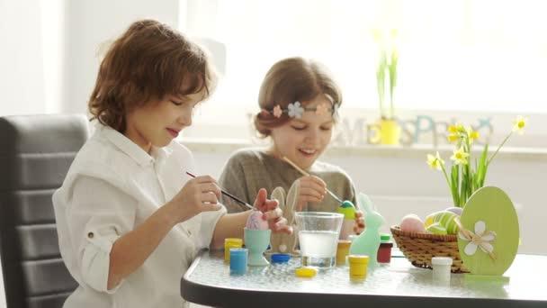 A gyermekek úgy készül, hogy megünnepeljük húsvét. Húsvéti nyuszi, tojás. Tavaszi hangulat