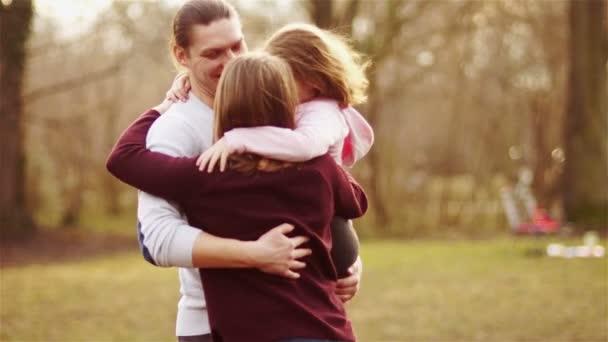 Šťastná rodina drží v parku. Úspěšné rodičovství, harmonickou rodinu. Máma, táta a malá dcerka jsou spolu šťastní