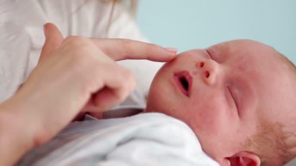 Zblízka portrétní novorozené dítě. Dva týden dávný dítě spí v náručí své matky. Den matek. Koncepce. Den dětí. Zpomalený pohyb