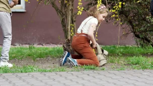 Školáci sedni na trávě po škole, získat jejich smartphone z jejich vaky a online hry. Závislost na internetu. Video hry