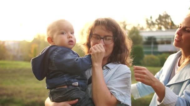 Nyáron két fiatal anyák urai a baba a parkban. LMBT leszbikus pár. A koncepció, a család és az egészséges életmód