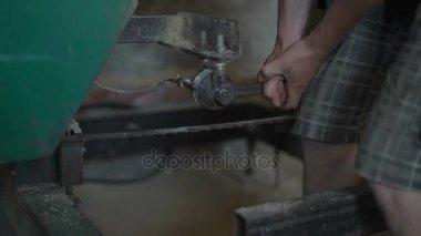Zár-megjelöl, dolgozik, egy csavarkulcs Unscrews az anyát Twang Roller fűrésztelep
