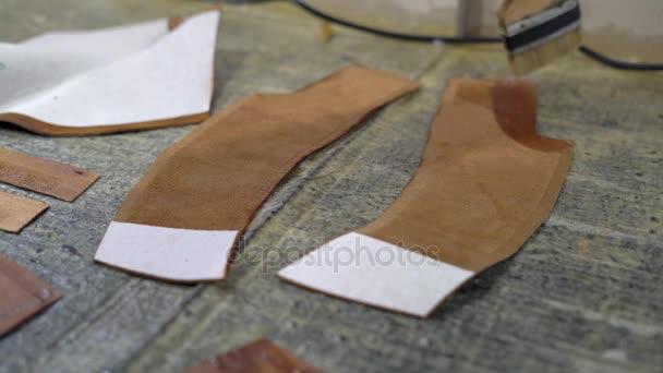 2944776b1 Primer plano de una chica joven es mortero con un pincel el pegamento en el  borde de la superficie interna de la oculta para hacer zapatos de cuero–  metraje ...